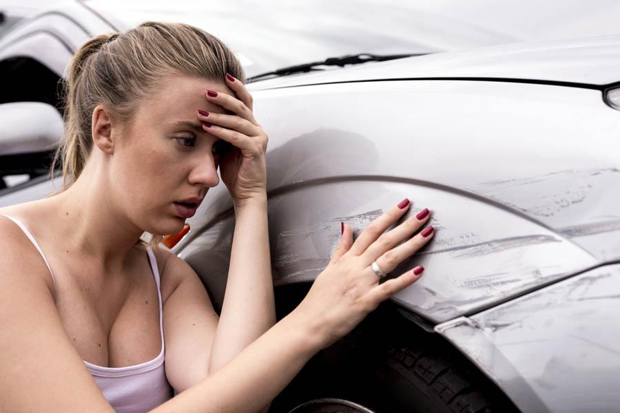 Porysowałem samochód innej osoby na parkingu. Co zrobić?
