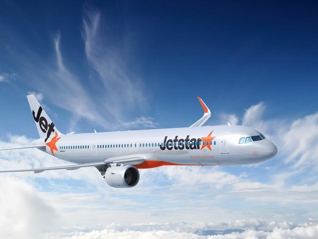 Jetstar staff threaten to strike ahead of holiday peak