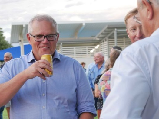 Back from holidays and on a tour of the outback, PM toasts 'resilient' drought survivors