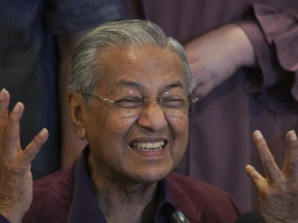 'Chaos' in Malaysian politics as both sides fight over the same PM