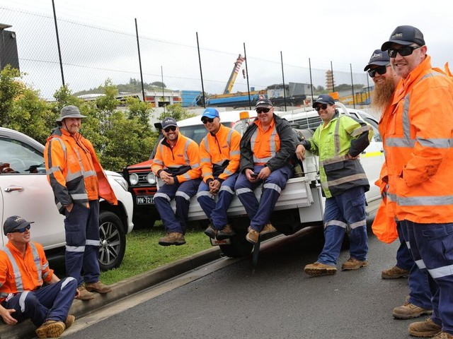 Crane workers strike for wage rise
