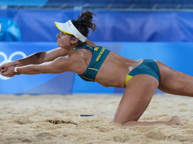 Why does the sand never stick to beach volleyball athletes in Tokyo?