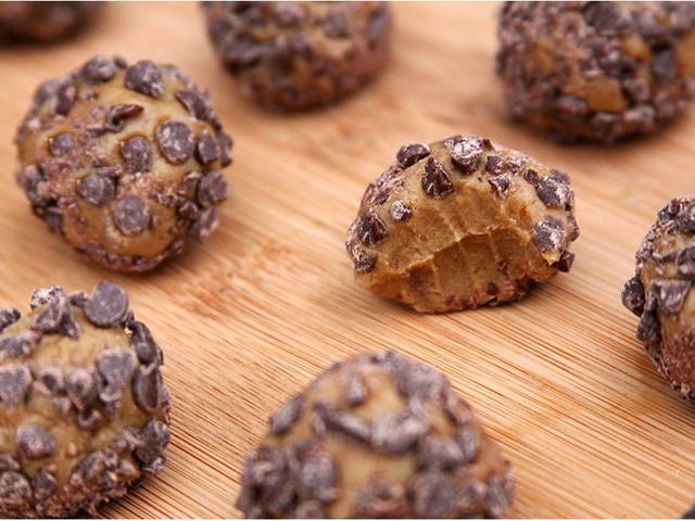 These 5-Ingredient Protein Balls Taste Like a Chocolate Peanut Butter Cup