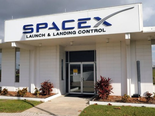 SpaceX gets $300 million from Defense Department - CNET