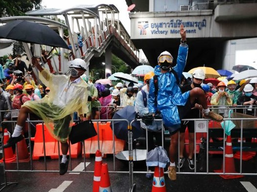 Thailand pro-democracy protesters carry on despite police warnings