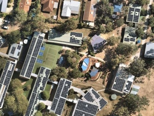 Report suggests Queensland should install solar panels on rooftops of public buildings to power homes