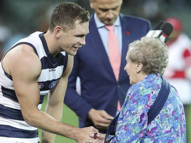 Joel Selwood booed while accepting Peter Badcoe Medal after Geelong beats Port Adelaide