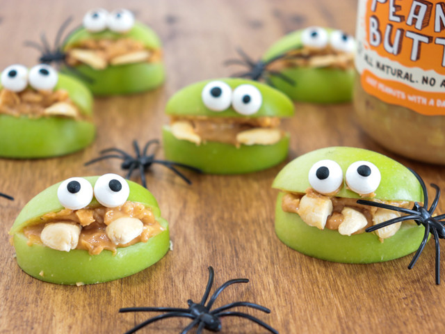 Apple Monsters: the perfect healthy Halloween snack!