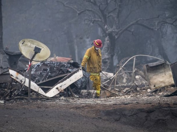 Death toll climbs with 1000 still missing in California fires
