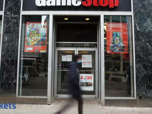 GameStop briefly tops $500 as stock resumes momentous surge