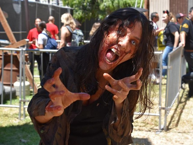 Walking Dead zombies are chasing me at San Diego Comic-Con - CNET