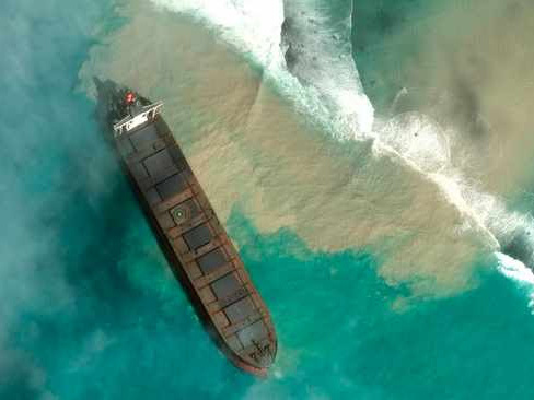 Oil spill threatens disaster for Mauritius