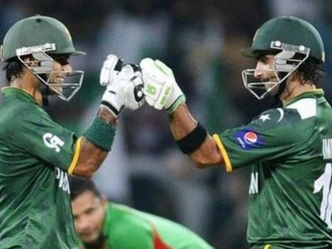 Pakistan cruise into Super Eights