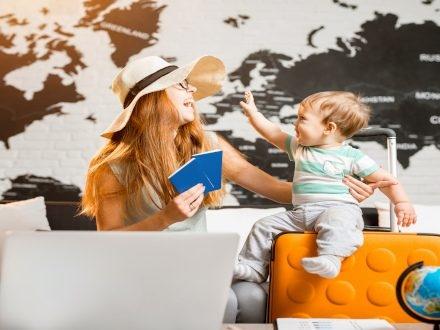 Prendre l'avion avec un bébé : le guide complet