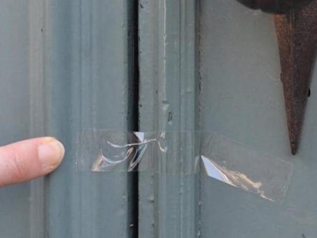 Prudence si vous retrouvez un papier collant sur votre porte: la police met en garde contre la technique des cambrioleurs