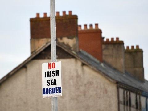 In het Noord-Ierland van de rellen: 'Je moet geen logistiek specialist zijn om te merken hoe concreet de brexit hier is'