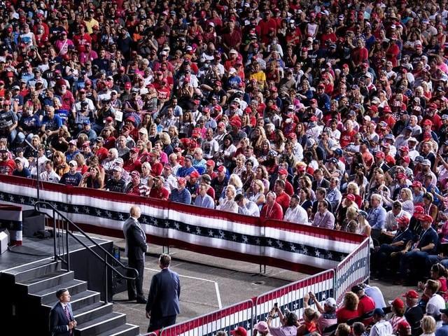 En Floride, des milliers de personnes assistent au meeting de Donald Trump collées les unes aux autres et sans masque