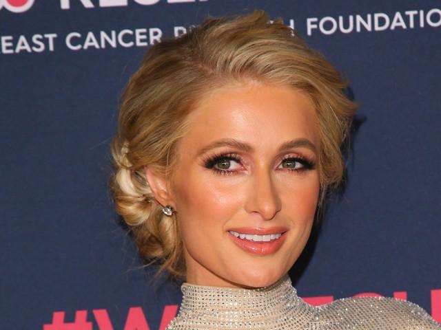 """Paris Hilton prouve qu'elle n'a jamais porté de t-shirt floqué """"Stop Being Poor"""""""