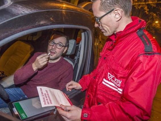 Nieuwe speekseltest controleert nu ook of chauffeurs te slaperig zijn om te rijden