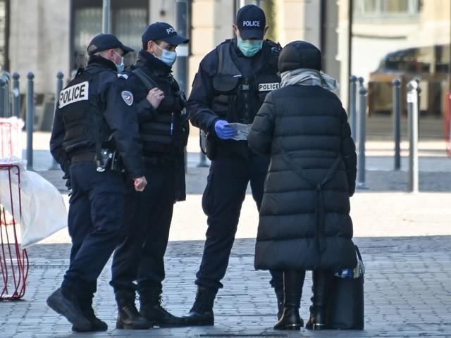 Coronavirus : à Lyon, de faux policiers réalisent des contrôles d'attestation de sortie