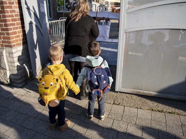 De ene na de andere school dicht: zijn kinderen de motor van de verspreiding?