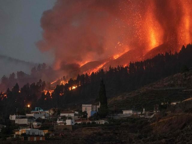 Espagne: un volcan entre en éruption aux Canaries, des milliers de touristes évacués (photos et vidéos)