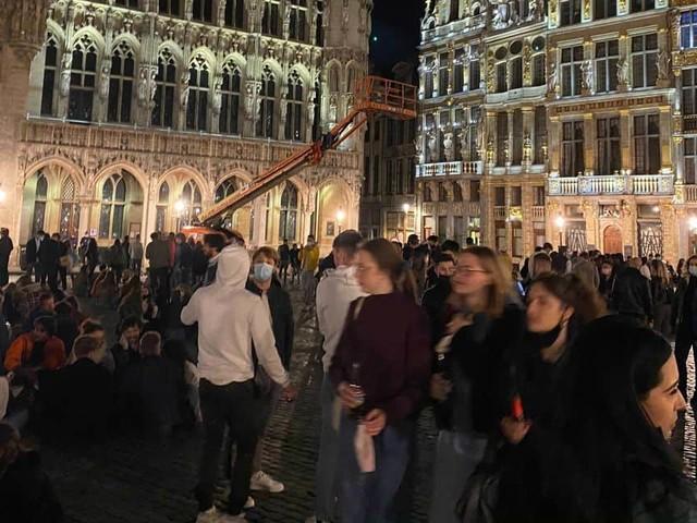 Des nombreuses personnes sur la grand-place de Bruxelles ce samedi soir