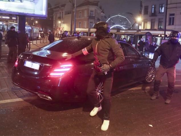 Ook auto van Koning bekogeld tijdens rellen in Brussel