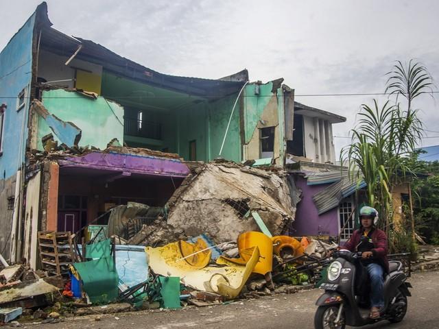 Al 62 doden na aardbeving op Sulawesi