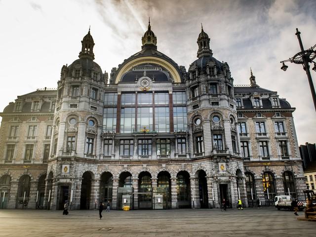 Lichtplan laat Antwerps Centraal Station schitteren