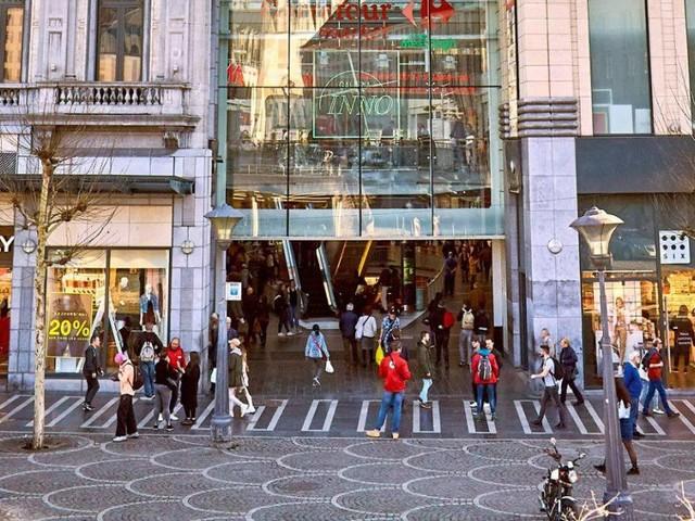 «Trop de drogués» place Saint-Lambert à Liège, le magasin déménage: «Ils entrent sans arrêt et volent les vêtements»