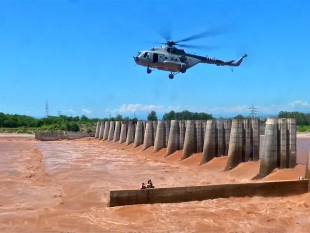 Helikopter redt gestrande vissers uit kolkende rivier