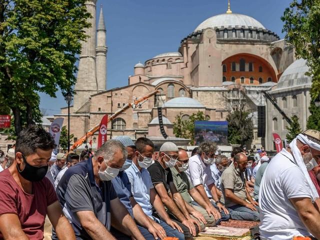 """""""C'est un grand jour pour l'Islam"""": la première prière du vendredi dans la nouvelle mosquée Sainte-Sophie a fait des heureux"""