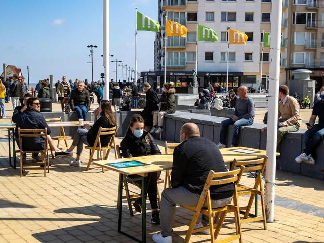 Les terrasses de Middelkerke ont rouvert ce samedi: plus de 200 tables placées sur la digue, «les gens le ressentent comme une libération»