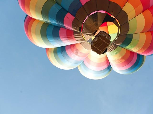 VIDÉO - Il se met debout sur une montgolfière à 1.200 mètres d'altitude