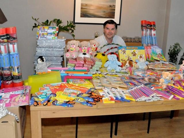 Filip a traversé toute la Belgique pour apporter du matériel neuf aux écoles sinistrées suite aux intempéries (photos)