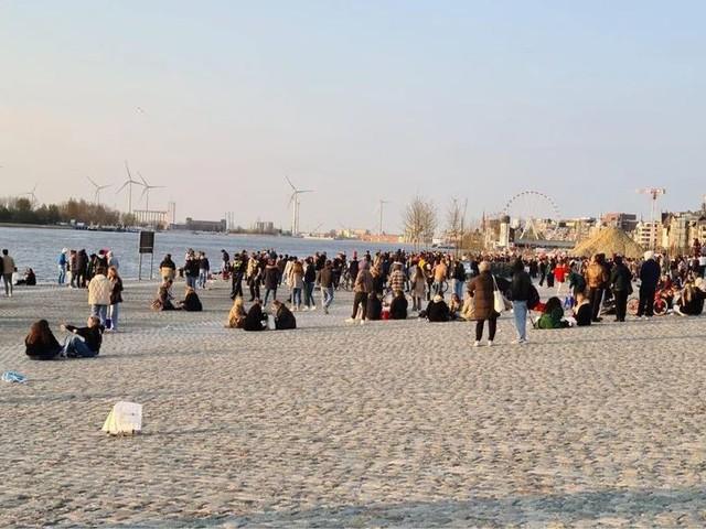 Honderdtal feestende jongeren op Scheldekaaien, politie grijpt in