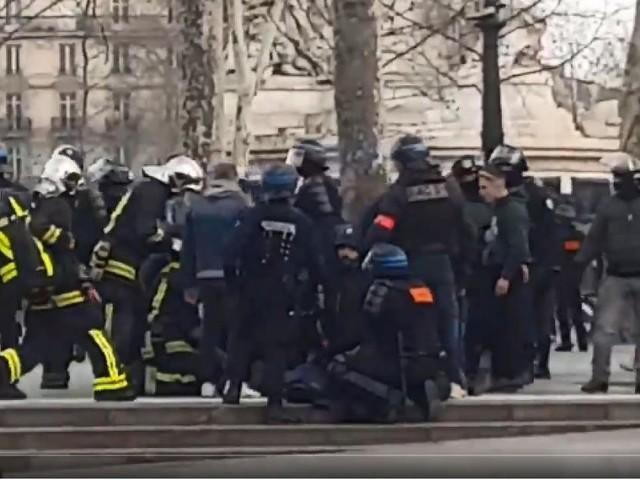 «Gilets jaunes» en France: un membre des forces de l'ordre à terre à Paris, il serait dans un état grave (vidéo)