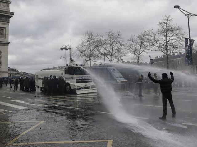 France: un spray ADN pour identifier les manifestants violents
