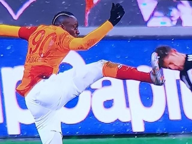 """Voormalig Brugs woelwater Mbaye Diagne is het nog niet verleerd en krijgt direct rood na karatetrap: """"Alle refs zijn tegen ons"""""""