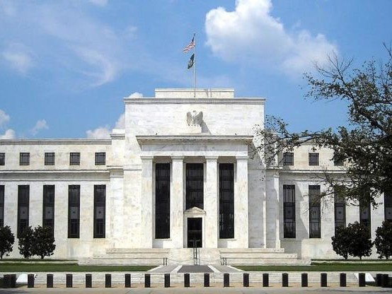 La Fed prête à agir sur les taux vu la faible inflation (Powell)