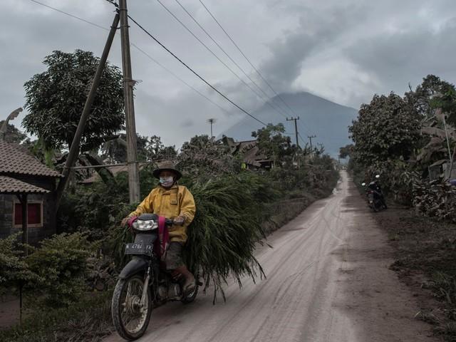 Vulkaan spuwt as kilometers de lucht in op Java
