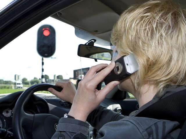24 bestuurders betrapt op gsm-gebruik tijdens rijden, en één op eten achter stuur