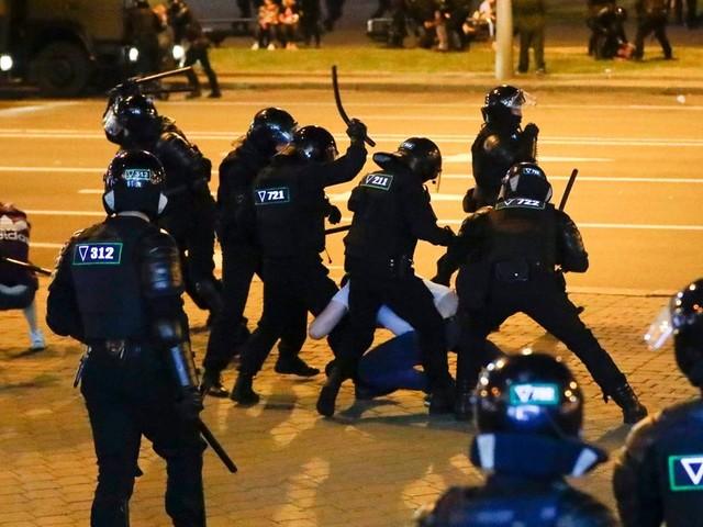 Bélarus: la police dit avoir tiré avec des armes à feu sur les protestataires
