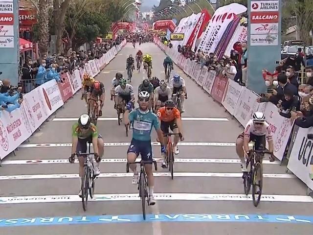 Hattrick Cavendish: spurter van Deceuninck - Quick Step wint vierde etappe Ronde van Turkije in tumultueuze massaspurt