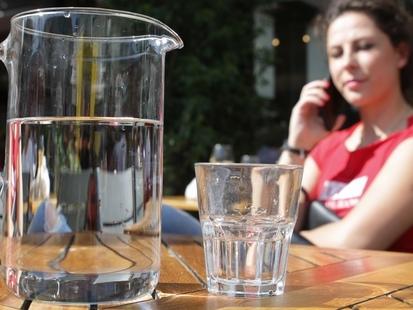 La carafe d'eau gratuite, ça ne coule toujours pas de source
