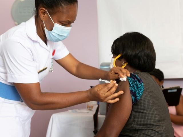 Biden promet suffisamment de vaccins pour tous les adultes d'ici fin mai, le Texas lève le masque
