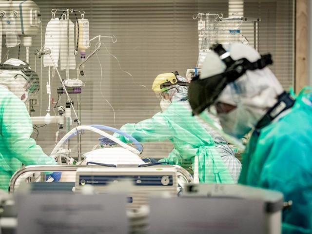 Aantal ziekenhuisopnames en overlijdens door corona nemen verder af