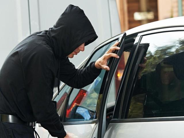 Liège: 2 jeunes de 18 ans volent une voiture, ivres et sans permis, au beau-père de l'un d'eux