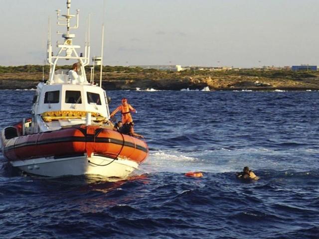 Des migrants sautent de l'Open Arms pour tenter de rejoindre Lampedusa à la nage!